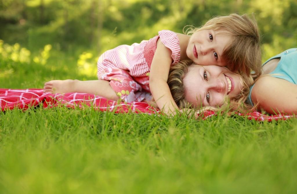 mom-baby-grass