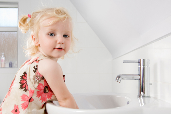 little-girl-washing-hands_fwm8yd