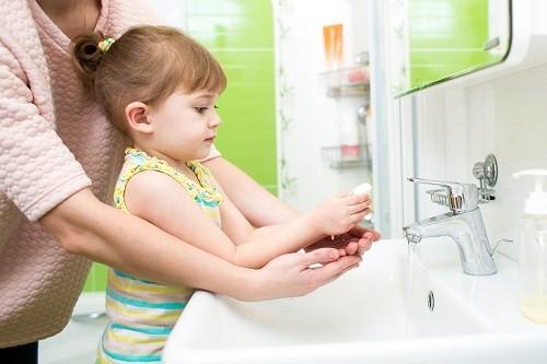 Vệ sinh tay sạch sẽ để hạn chế tình trạng đau ốm liên miên ở trẻ