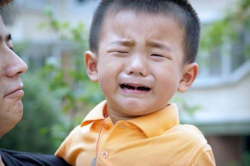 Môi trường mới khiến bé lạ lẫm, quấy khóc