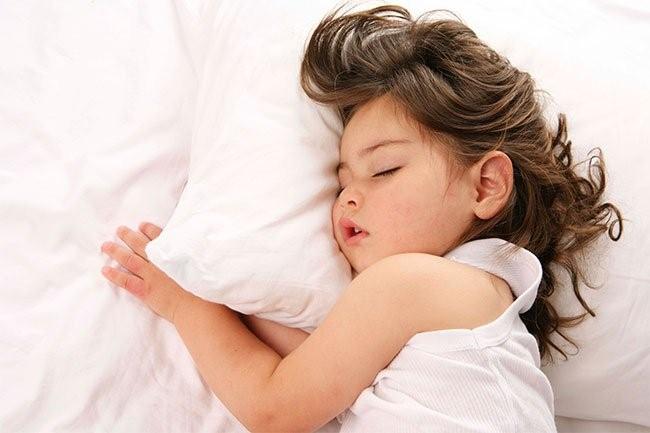 Bé cần ngủ đủ giấc để hoàn thiện hệ tuần hoàn và hệ hô hấp